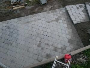 Lagda betongplattor samt trappa