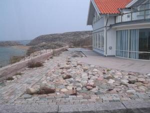 Storgatsten och kullersten med växter för ett vindpinat klimat