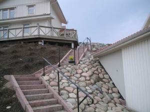 Stentrappa byggd med granitkantsten och gatsten i stegen